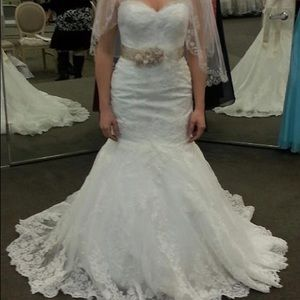 Beautiful wedding dress! Never worn, never altered